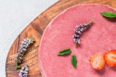 Ακατέργαστο υγιές cheesecake, σπιτικό με τη μέντα και τις φράουλες Τοπ όψη Στοκ εικόνες με δικαίωμα ελεύθερης χρήσης