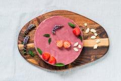 Ακατέργαστο υγιές cheesecake, σπιτικό με τη μέντα και τις φράουλες Τοπ όψη Στοκ εικόνα με δικαίωμα ελεύθερης χρήσης