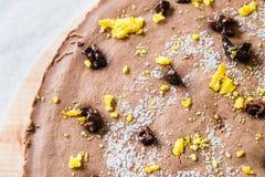 Ακατέργαστο υγιές cheesecake, σπιτικό με τη vegan σοκολάτα Η τοπ άποψη, κλείνει επάνω Στοκ Εικόνες