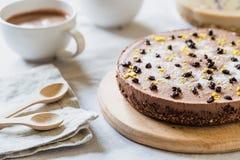 Ακατέργαστο υγιές cheesecake, σπιτικό με τη vegan σοκολάτα Πίνακας προγευμάτων Στοκ Εικόνες