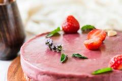 Ακατέργαστο υγιές vegan cheesecake, σπιτικό με το το δυτικό ανακάρδιο, τη μέντα και τις φράουλες Στοκ Εικόνα
