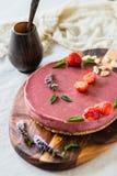 Ακατέργαστο υγιές vegan cheesecake, σπιτικό με το το δυτικό ανακάρδιο, τη μέντα και τις φράουλες Στοκ φωτογραφίες με δικαίωμα ελεύθερης χρήσης