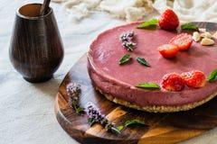Ακατέργαστο υγιές vegan cheesecake, σπιτικό με το το δυτικό ανακάρδιο, τη μέντα και τις φράουλες Στοκ φωτογραφία με δικαίωμα ελεύθερης χρήσης
