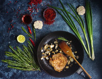 Ακατέργαστο φρέσκο κρέας με τα κρεμμύδια, το κόκκινο πιπέρι, το σκόρδο και τον ασβέστη στοκ εικόνες