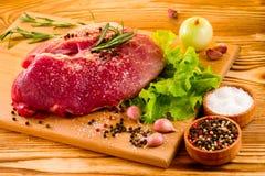 Ακατέργαστο φρέσκο κρέας στον πίνακα στοκ φωτογραφία