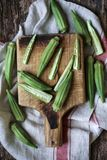 Ακατέργαστο φρέσκο okra σε έναν ξύλινο πίνακα στοκ φωτογραφίες με δικαίωμα ελεύθερης χρήσης