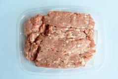 Ακατέργαστο χοιρινό κρέας μπριζολών στον πλαστικό δίσκο Στοκ εικόνα με δικαίωμα ελεύθερης χρήσης
