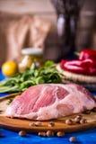 Ακατέργαστο χοιρινό κρέας σε έναν ξύλινο πίνακα στοκ εικόνες