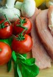 Ακατέργαστο χοιρινό κρέας στον τέμνοντα πίνακα Στοκ Φωτογραφία