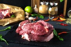 Ακατέργαστο arugula καρυκευμάτων πιάτων βόειου κρέατος μαύρο τετραγωνικό στοκ εικόνα