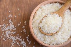 Ακατέργαστο basmati ρύζι σε ένα ξύλινο κύπελλο Στοκ φωτογραφία με δικαίωμα ελεύθερης χρήσης