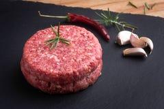 Ακατέργαστο burger με τα είδη Στοκ φωτογραφία με δικαίωμα ελεύθερης χρήσης