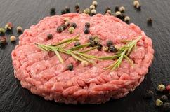 Ακατέργαστο burger Laberdeen-$l*Angus ασφαλίστρου στην υγρή πλάκα Στοκ φωτογραφίες με δικαίωμα ελεύθερης χρήσης
