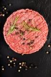Ακατέργαστο burger Laberdeen-$l*Angus ασφαλίστρου στην υγρή πλάκα Στοκ φωτογραφία με δικαίωμα ελεύθερης χρήσης