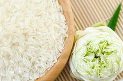 Ακατέργαστο jasmine ρυζιού στο ξύλινο κύπελλο Στοκ φωτογραφία με δικαίωμα ελεύθερης χρήσης
