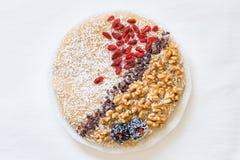Ακατέργαστο vegan γλυκό κέικ καρότων με τα ξύλα καρυδιάς, goji Τοπ όψη Στοκ Φωτογραφίες