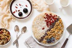 Ακατέργαστο vegan κέικ με τα ξύλα καρυδιάς, goji Τοπ όψη Στοκ Εικόνα