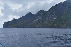 Ακατοίκητα νησιά που καλύπτονται με την τροπική βλάστηση στις Φιλιππίνες Στοκ Εικόνες