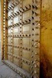Ακιδωτή πόρτα ορείχαλκου στο παλάτι πόλεων του Jaipur, Ινδία Στοκ Φωτογραφία