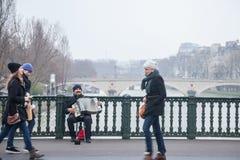 Ακκορντέον επένδυσης ακορντεονιστών στη γέφυρα Arcole στο Παρίσι, πέρα από τον ποταμό του Σηκουάνα Στοκ Εικόνες