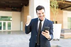 Ακμάζων ιδιοκτήτης ευχαριστημένος από τις καλές ειδήσεις στοκ εικόνες
