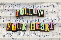 Ακολουθήστε η καρδιά ότι σας θεωρεί τη ζωντανή πηγή τυπογραφίας αγάπη στοκ εικόνες