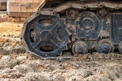 Ακολουθημένος δρόμος κατασκευής εργασίας εκσκαφέων Κλείστε επάνω του whee χάλυβα Στοκ Εικόνες