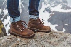 Ακολουθώντας μπότες για ένα περπάτημα και μια περιπέτεια σε ένα υπόβαθρο πετρών Έννοια τρόπου ζωής ταξιδιού στοκ φωτογραφία με δικαίωμα ελεύθερης χρήσης