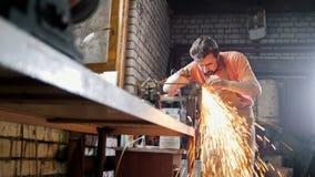 Ακονίζοντας εργαλεία σιδήρου με τα σπινθηρίσματα - σφυρηλατήστε το εργαστήριο φιλμ μικρού μήκους