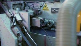 Ακονίζοντας PVC Άποψη σχετικά με το τρέξιμο της μηχανής στο εργαστήριο απόθεμα βίντεο