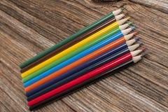 Ακονισμένα χρωματισμένα μολύβια, ξύλο στοκ εικόνες