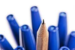 Ακονισμένο μολύβι μεταξύ των πεννών. Στοκ Εικόνες