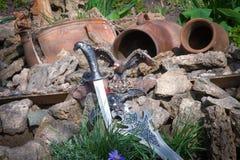 Ακονισμένο όπλο στο υπόβαθρο των βράχων στοκ φωτογραφία με δικαίωμα ελεύθερης χρήσης