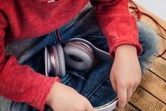 Ακουστικά εκμετάλλευσης μικρών παιδιών Στοκ φωτογραφία με δικαίωμα ελεύθερης χρήσης