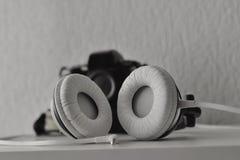 Ακουστικά και κάμερα φωτογραφιών ταινιών στο υπόβαθρο Στοκ Φωτογραφία