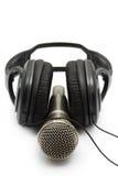 Ακουστικά και μικρόφωνο στην άσπρη ανασκόπηση Στοκ Εικόνες