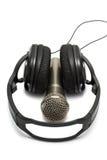 Ακουστικά και μικρόφωνο στην άσπρη ανασκόπηση Στοκ εικόνα με δικαίωμα ελεύθερης χρήσης