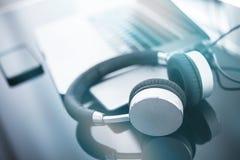 Ακουστικά και ο υπολογιστής στοκ εικόνα με δικαίωμα ελεύθερης χρήσης