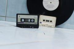Ακουστικά κασέτες και βινύλιο στοκ φωτογραφία με δικαίωμα ελεύθερης χρήσης