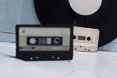 Ακουστικά κασέτες και βινύλιο στοκ φωτογραφίες