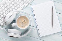 Ακουστικά, καφές, σημειωματάριο και PC Στοκ εικόνα με δικαίωμα ελεύθερης χρήσης