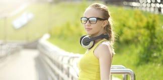 ακουστικά κοριτσιών εφη& Στοκ Εικόνα