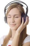 ακουστικά κοριτσιών ον&epsilo Στοκ φωτογραφία με δικαίωμα ελεύθερης χρήσης