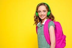 ακουστικά κοριτσιών που θέτουν το χαμόγελο Στοκ φωτογραφίες με δικαίωμα ελεύθερης χρήσης
