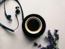 Ακουστικά, μαύρος καφές, πορφυρό lavender Στοκ φωτογραφίες με δικαίωμα ελεύθερης χρήσης