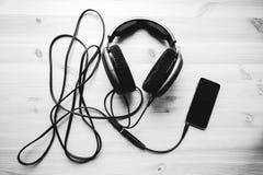 Ακουστικά με το κινητό τηλέφωνο Στοκ εικόνα με δικαίωμα ελεύθερης χρήσης