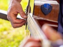 ακουστικά παιχνίδια μουσικών κιθάρων Στοκ Φωτογραφίες