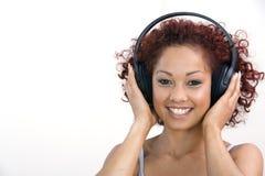 ακουστικά που ακούνε τη γυναίκα Στοκ εικόνες με δικαίωμα ελεύθερης χρήσης