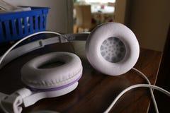 Ακουστικά σε έναν πίνακα Στοκ φωτογραφία με δικαίωμα ελεύθερης χρήσης