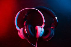 Ακουστικά στη σκοτεινή ανασκόπηση στοκ φωτογραφίες